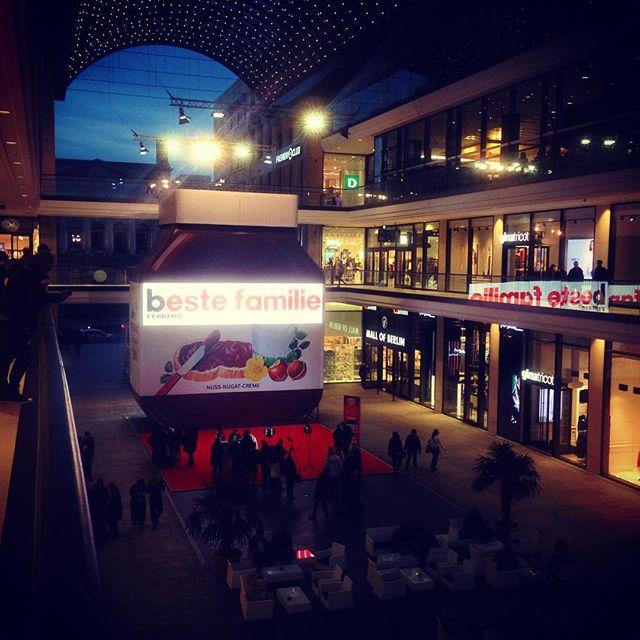 צנצנת הנוטלה הענקית ב mall of Berlin - שימו לב כמה האנשים קטנים ביחס לצנצנת...
