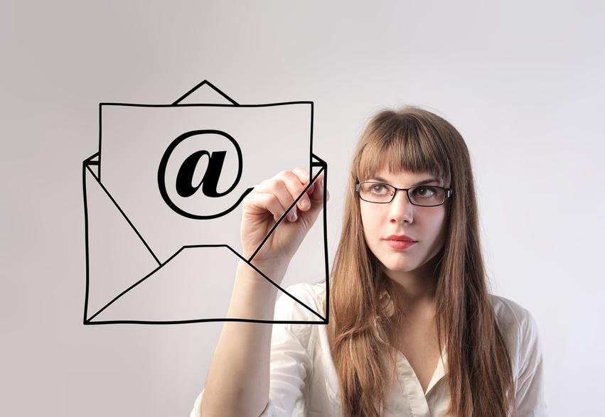 בימים הראשונים של העידן הדיגיטלי, המייל החליף את המכתב והגלויה